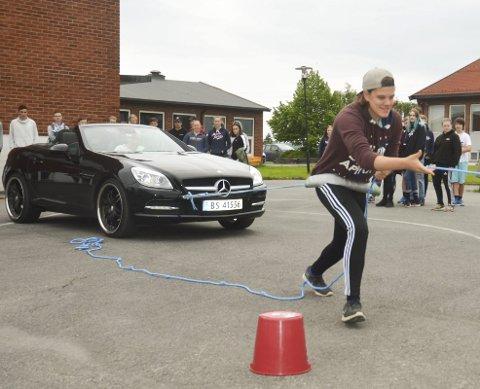 GLADIATOR: Markus Engebretsen hadde null problemer med å trekke den 1.470 kilo tunge Mercedesen til lærer Øyvind Verlo (som sitter i bilen) under Elevenes mester ved Aursmoen skole. FOTO: ROGER ØDEGÅRD