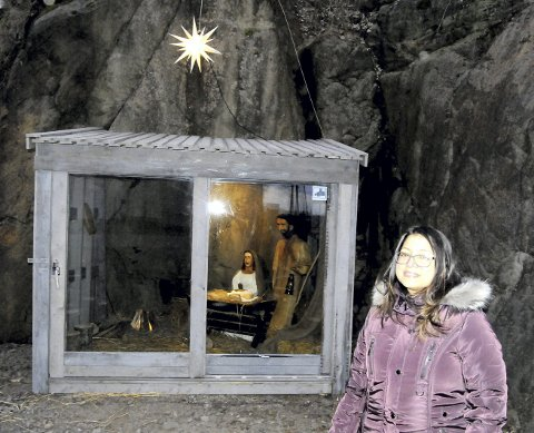 KAN BLI TRADISJON: Juliet Baroi har utformet julekrybba ved Holmestrand kirke.
