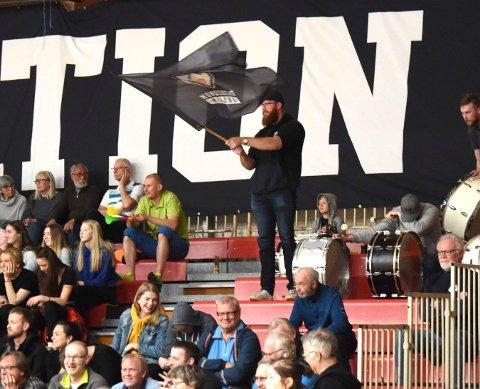 NEDLAGT: ILdsjelen Bjørnar Sandvold med Miners-flagget har nå lagt ned supporterklubben Sølvberget. FOTO: OLE JOHN HOSTVEDT