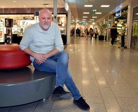 SENTERLEDER: Truls Klippen mener Stortorvets butikker har gode rutiner, og han oppfordrer til bruk av munnbind når ansatte er i salgssituasjon. Bildet er tatt i fjor.