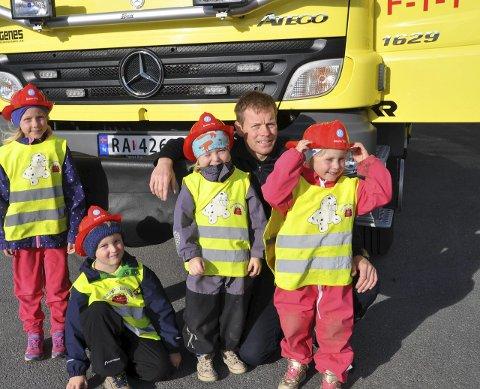 BRANNFOLK: Tiril, Leander, Emma, Celine storkoste seg sammen med brannmann Leif Richard.