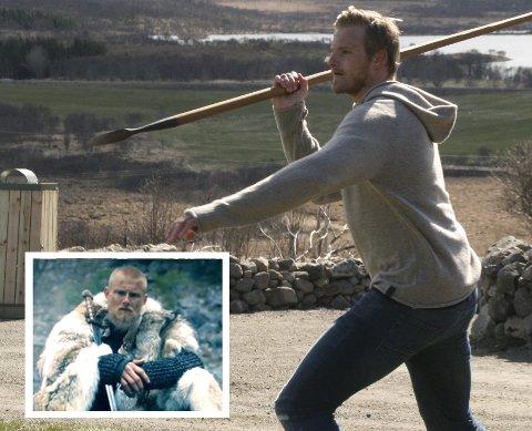 Alexander Ludwig prøvde seg på spydkasting utenfor høvdingshuset på Borg. Han spiller karakteren Bjorn i tv-serien Vikings.