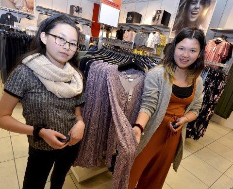 Utplassering: fv. Marlen Kristiansen og Siri Anett Jansaen Høiberg har hatt utplassering i klesbutikk. De har blant annet vært med på å ta ut nye varer i butikken og feste på alarmer på klesplagg.