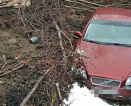 TATT AV SKREDET: En Volvo stasjonsvogn og en gravemaskin ble tatt av jordmassene på Storsteinnes natt til mandag.