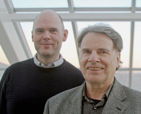 VÆRFORSKERE: Thor-Erik Sandberg Hanssen (t.v.) og Finn Jørgensen ved Nord Universitet vil finne ut hvordan godt vær påvirker bosetting.