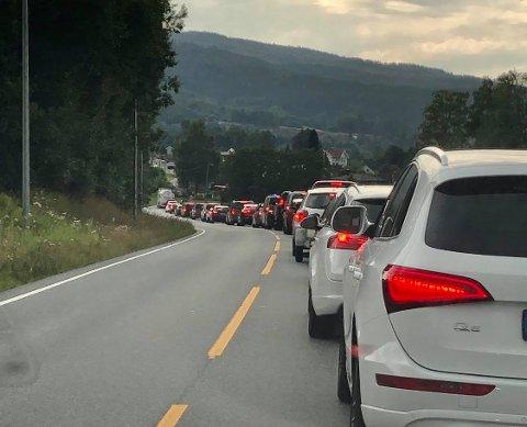 KØ: Det ble raskt lange køer i begge retninger da en syklist ble påkjørt av en bil på E16 torsdag ettermiddag.