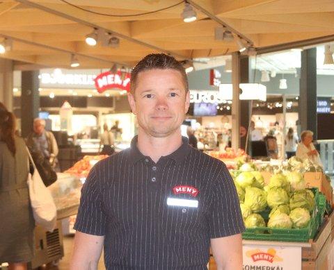 KJEKT MED NETTHANDEL: Christian Hagen er fornøyd med den store økningen i salget. Han tror flere har nytte av å handle varer på nett.