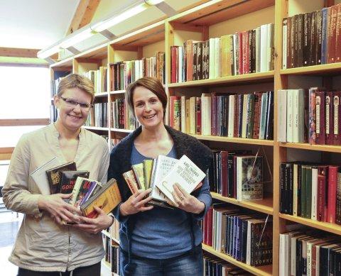 Gode leseopplevelser: Benedike Gjone og Irene Nørberg på biblioteket har valgt ut et knippe gode bøker fra fjoråret som man godt kan ta med seg inn i det nye året.foto: Per Albrigtsen