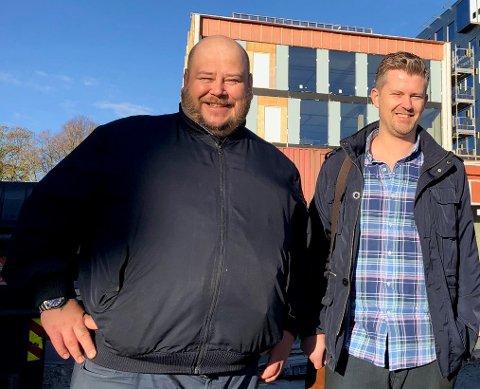 ARRANGERER GARASJESALG: Lars-Ludvig Jacobsen (t.v.) og Thor Igo Gabrielsen skal selge unna møblene som fulgte med de gamle Becks-lokalene
