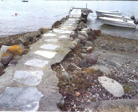 Lokal stein ble brukt til å ruste opp brygga på 70-tallet. Etter hvert har mye løsnet og sprukket.