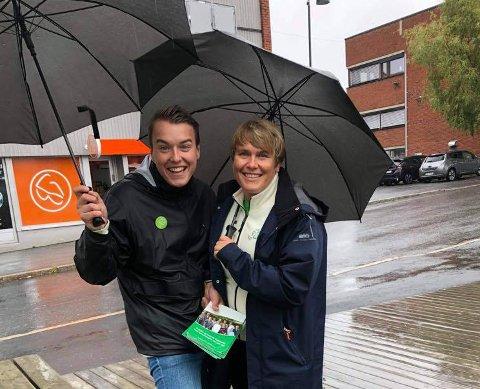 REPRESENTERER RAKKESTAD: Lars Vegard Fosser og Karoline Fjeldstad står begge på Østfold Senterparti sin nominasjonsliste. Bildet ble tatt under valgkampen i 2019.