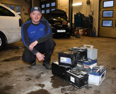 Travel mann: Terje Paulsrud er daglig leder og eier ved Mesna Auto i Moelv. Han forteller om hektiske dager i forbindelse med vinterkulde og batteriskift.