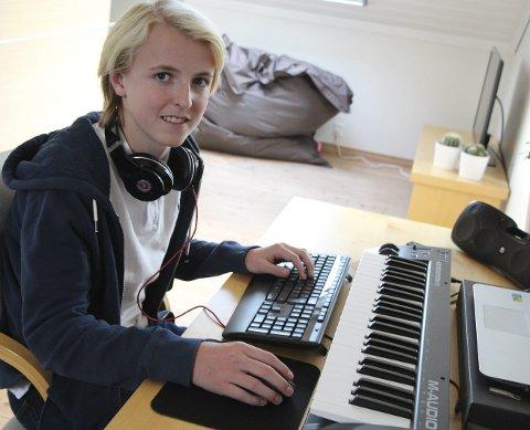 Jakob Tiller (16) har vært aktiv produsent av russelåter i høst, og man kan forvente mange fler låter i framtiden!
