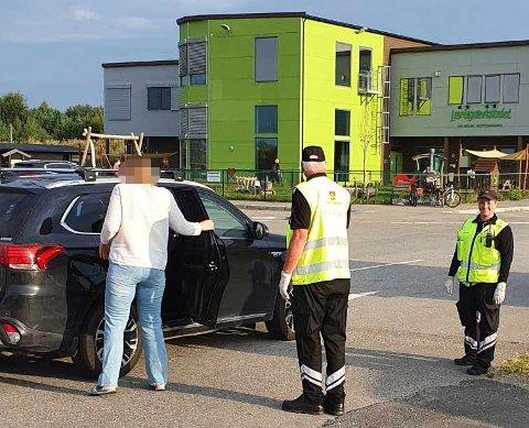 KONTROLLERT: Her ved barnehagen på Gystadmarka på Jessheim har Statens vegvesen blant annet avholdt kontroll. Hos denne føreren var alt i orden.