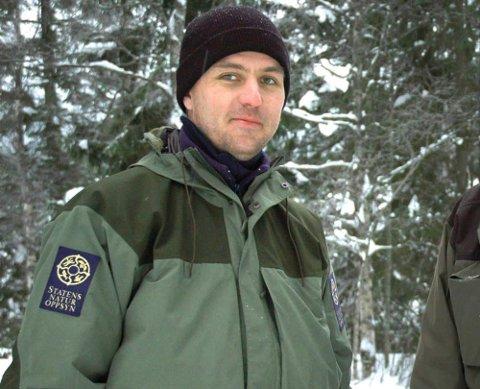 HAR UNDERSØKT: Espen Marker i Statens Naturoppsyn har undersøkt sporene i Re for å finne ut om det var en ulv som ble sett.