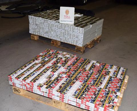 Den polske 24-åringen som er siktet for å ha smuglet nærmere 74.000 sigaretter inn til Norge over Svinesund mandag morgen, er varetektsfengslet i fire uker.