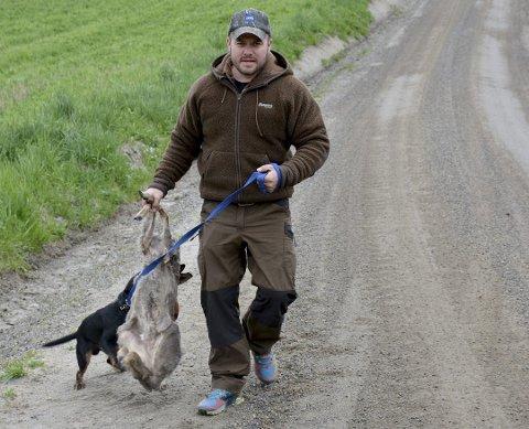 Morten Auren fant begge dyrene som ble påkjørt i natt. Ett døde på stedet etter møte med bilen. Den andre ble avlivet etter å ha fått store skader.