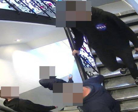 Politiet føler seg sikre på at disse fire personene er hovedmennene bak den omfattende svindelen, og mener at dette bildet er med på knytte de siktede sammen.