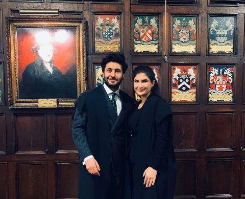 Mona med en kollega i en av Londons tradisjonsrike rettssaler.