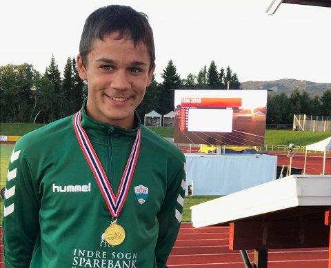 ENDELEG: Ein strålande nøgd Knut etter ein strålande prestasjon. Endeleg kan 15-åringen kalla seg noregsmeister. (Foto: privat)