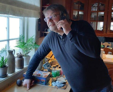 DÅRLEG MOBILDEKNING: Akkurat her, tett ved kjøkenglaset, er den einaste plassen i huset som Johannes Dalsbotten finn mobildekning. Slik er det i store deler av Flåmsdalen.  – Det er urovekkjande for beredskapen i eit område med så mange turistar.