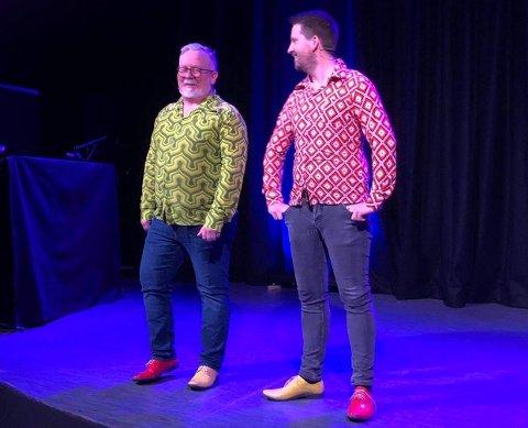 LOKALE REVYSTJERNER: Arild Tid Johannessen og Bernt Lendengen står på scena i begge nummera til Strand Revylag som er med i finalen i Vestlandsmesterskapet i revy i helga.