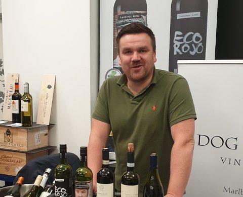 Sverre Magnus Holen er vant til å reise fra messe til messe med vinene sine. Dessverre må han vente litt med det nyeste tilskuddet.