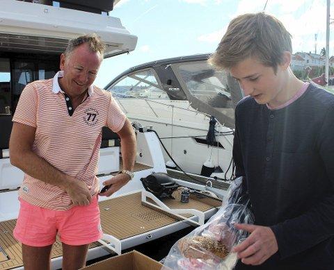 Varme ord: Lars David Klausen har med seg familien fra Drammen med på båttur til Kragerø. Han kommer med varme ord og fast bestilling til Sander Ahlgren.