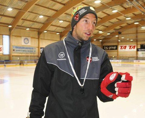 Stedet hvil: Skien ishockeyklubb får ikke rykke opp i U21-serien. Dermed vil hockeyakademiet kun ha U18-lag også neste år. Det liker ikke leder Sam Liebkind.FOTO: KRISTIAN HOLTAN