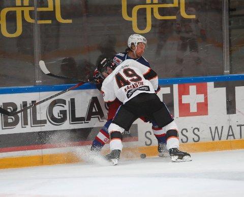 TØFFING: Frisk Asker-spiller Christian Kåsastul (21) er ikke redd for å kline til i hockeykampene. Her i duell mot Vålerengas Fredrik Lystad Jacobsen under sluttspillet. Foto: Terje Bendiksby / NTB scanpix