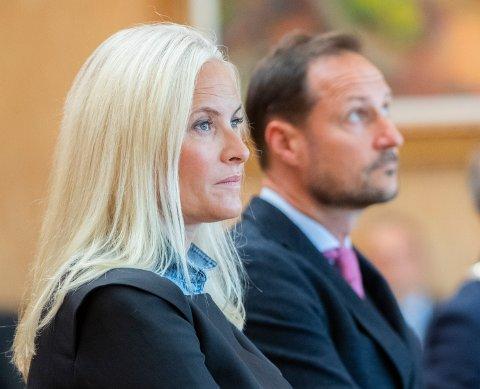 SØNDAG: Kongehuset melder at Kronprins Haakon og Kronprinsesse Mette-Marit skal være til stede under minnegudstjenesten i Kongsberg kirke.