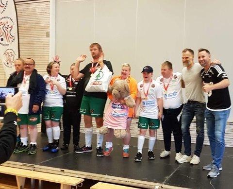 SØLV: I 2019 ble Snøgg Super nummer to i Landsturneringa og fikk tildelt premier fra Erik Hoftun og Christer Basma.