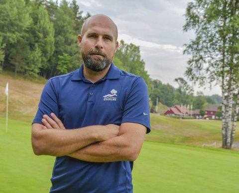 Hull 1: Asbjørn Sauesund, daglig leder i Arendal og Omegn golfklubb, konstaterer at en ekstraordinær sommer gir tap i regnskapet. Omsetningen ligger 10-15 prosent under fjorårets.Foto: Mette Urdahl