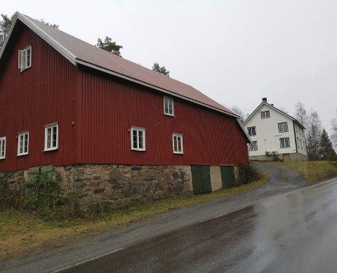 Kjent for mange: Disse bygningene tilhører landbrukseiendommen som Geir Grimsland nå har kjøpt. Bygningene ligger like ved Dypvågveien, og er godt kjent for alle som passerer i dette området.Foto: Frode Gustavsen