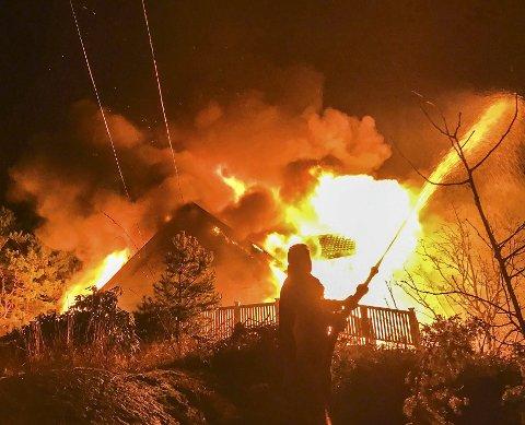 Lyngør januar 2017: Huset var overtent da brannmannskapene fra Tvedestrand nådde frem. En gunstig vindretning hindret at brannen spredde seg. Arkivfoto