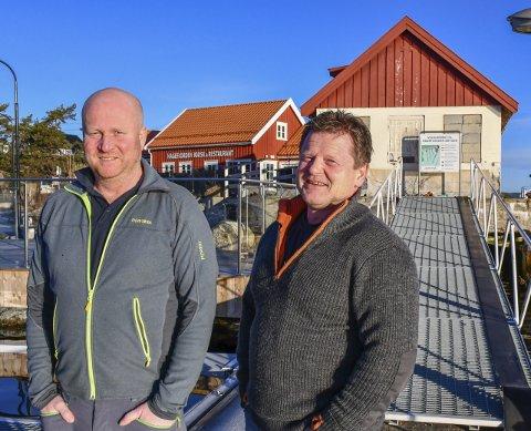 Butikk i mottak: I bygget til høyre blir det sommerbutikk. Atle Haugenes (t.v) og Frode Hansen i Sørlandets Maritime satser på butikkdrift i skolens sommerferie, mens restauranten til venstre får flere sitteplasser inne. Foto: Mette Urdahl