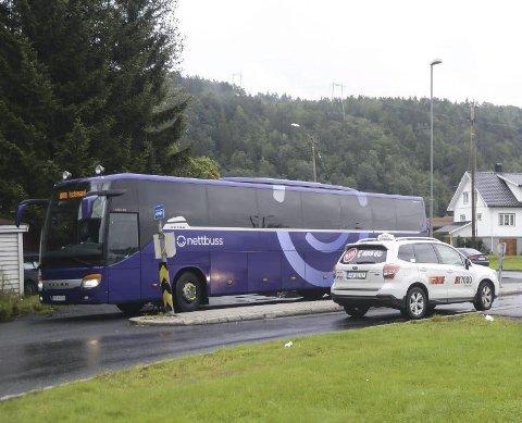 Ekspress-stopp: Ekspressbussene som går mellom Sørlandet og Oslo stopper fortsatt på Fiansvingen. Der har lokalbussene sluttet med timesruter, så da må kundene enten ta taxi eller kjøre bil til holdeplassen. Foto: Arkiv
