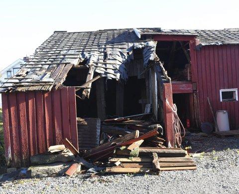 Falt sammen: En del av dette uthuset på Eidbo har allerede falt sammen, og hele bygget er i dårlig stand. Arkivfoto