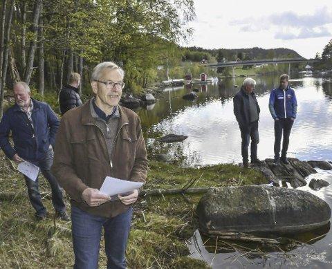 Strandtomter: Halvard Sigurdsøn (i forgunnen) under planutvalgets befaring i fjor vår. Den omstridete adkomstveien ligger like til venstre for der bildet er tatt. Foto: Arkiv/Marianne Drivdal