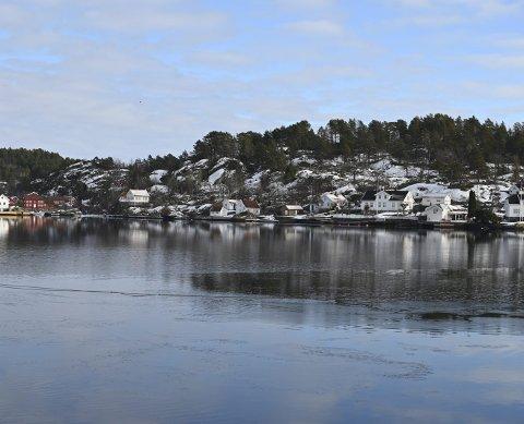 Skal legge ny kabel: Den nye sjøkabelen skal gå over Oksefjorden fra Bota til Borøya. Arbeidet skal gjøres før sommeren i regi av Agder Energi Nett AS. Foto: Skibsaksjeselskapet Hesvik