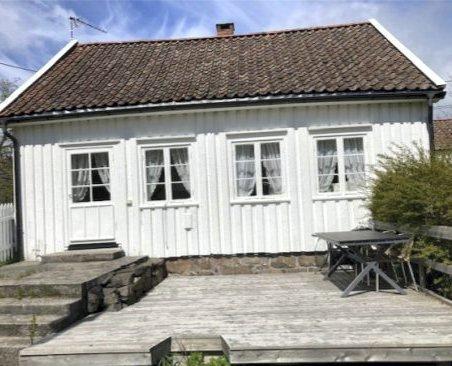 Det er 65 år siden dette huset på Vestre Sandøya ble brukt som helårsbolig. Er det da urimelig å kreve at nye eiere må oppfylle boplikten? Politikerne får saken på bordet tirsdag.