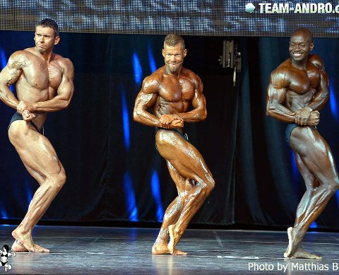 Tok gullet: Åge Bunde (i midten) er verdensmester i classic bodybuilding.