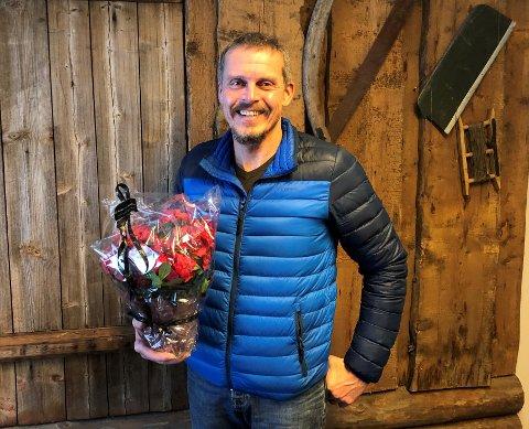 JULEBLOMST: Lars Andre Håvelsrud får en juleblomst for sin positive og omgjengelige væremåte, og at han er blitt et forbilde for ungene i Reinli barnehage.