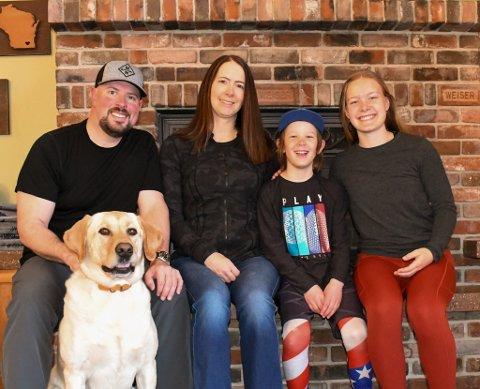 Seier farvel: I dag seier Erika Hoffmann lengst t.h. farvel til onkel Dan, tante Jennifer, syskenbarnet Ari og hunden Goose.