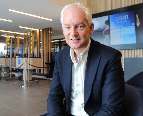 VIL HA FOLK TILBAKE: Adm. dir. Arild Bjørn Hansen vil ha bankansatte myldrende overalt i bankens hovedkvarter i Varnaveien i Moss. Banken har også kontorer i Fredrikstad. (Foto: Jon Gran)