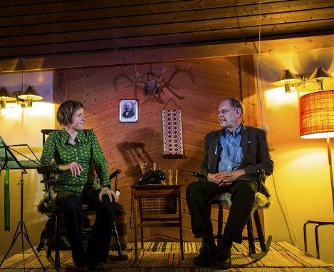 SPRÅKSJOV: Linda Eide og Gunnstein Akselberg tok turen frå TV-ruta til Nordgardsløa med sitt språksjov, for anledninga spesielt tilpassa lokale tilhøve.FOTO: Morten Sæle