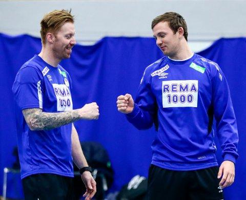 Assistenttrener Børge Lund (t.v.) og Sander Sagosen. Bildet er tatt tidligere i mesterskapet.  Foto: Lise Åserud / NTB scanpix