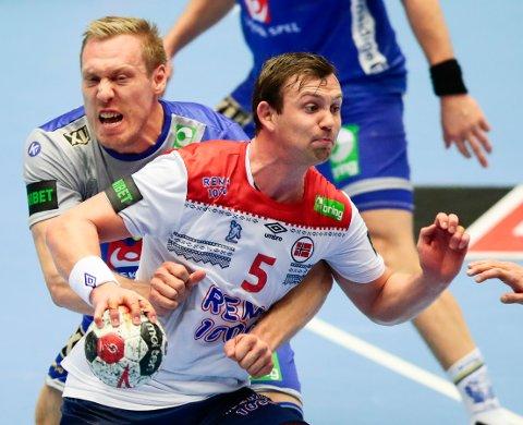 Norge trenger en Sander Sagosen i toppform mot Ungarn. Her er han i duell med Sveriges Fredric Pettersson.  Foto: Lise Åserud / NTB scanpix