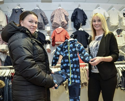 Foretrekker å eie: Jeanette Borgersen fra Sigdal  (t.v.) og butikkeier Nina Hovde Pettersen, har ikke den helt store troen på at utleie av barneklær vil bli noen suksess. – Gjenbruk av klær er fint, men jeg arver heller, eller kjøper brukt på netter, enn å leie klær, sier Borgersen.