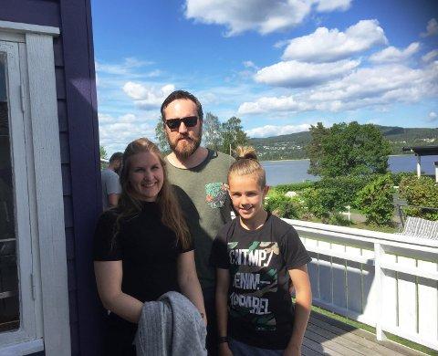 Therese Skjellet, Jonas Nyhus og Fredrik Nyhus(11) er på hyttejakt og likte hytta på Holm i Sande.